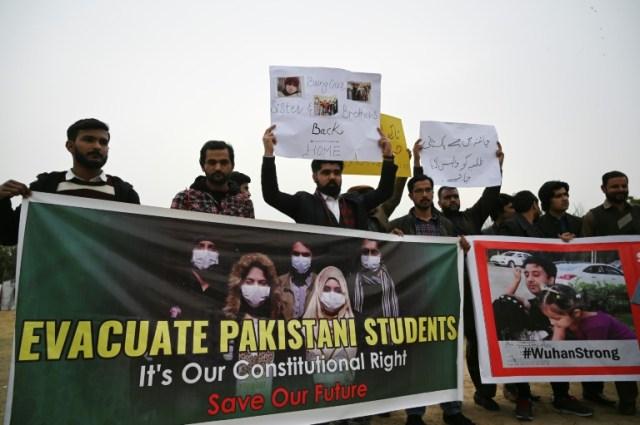 Des familles d'étudiants pakistanais réclament l' évacuation de leurs proches restés à Wuhan, lors d'une manifestation à Islamabad, le 12 février 2020 (AFP - Aamir QURESHI)