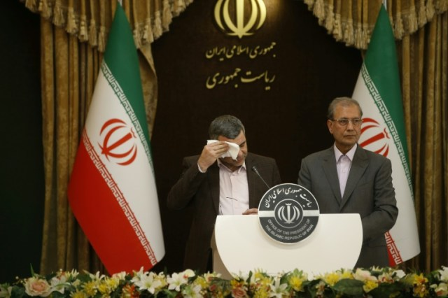 Le vice-ministre iranien de la Santé Iraj Harirchi et le porte-parole du gouvernement Ali Rabii lors d'une conférence de presse à Téhéran, le 24 février 2020 (FARS NEWS/AFP - Mehdi BOLOURIAN)