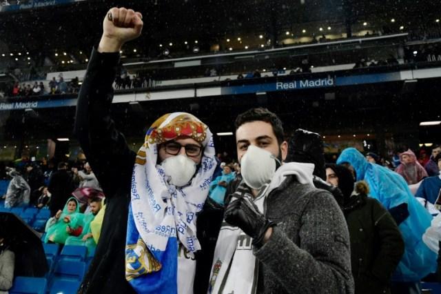 Deux supporters du Real de Madrid au stade Santiago Bernabeu de Madrid le 1er mars 2020 (AFP - JAVIER SORIANO)