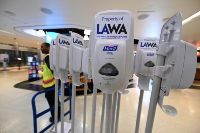 Hormis des distributeurs de gel hydro-alcoolique et quelques personnes - employés ou voyageurs - masqués et gantés, rien ne témoigne d'une psychose du coronavirus à l'aéroport de Los Angeles (AFP - Robyn Beck)