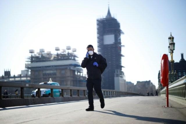 Sur le pont de Westminster à Londres, devant Big Ben en réparation, le 25 mai 2020 (AFP - Tolga Akmen)