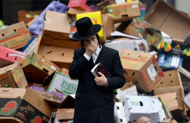 Les responsables de la communuaté juive comme le gouverneur de New York, Andrew Cuomo, ont prévenu les familles d'éviter les rassemblements en raison de la pandémie, le 08 avril 2020 à Brooklyn   (AFP - Angela Weiss)