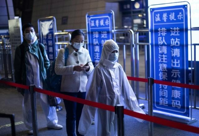Des passagers à la gare de Wuhan espèrent quitter la ville, le 8 avril 2020  (AFP/Archives - NOEL CELIS)
