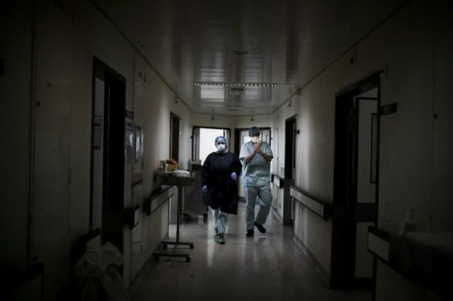 Des personnels soignants dans une zone réservée aux malades du Covid-19 à l'hôpital Santa Maria de Lisbonne, le 2 avril 2020 au Portugal (AFP/Archives - PATRICIA DE MELO MOREIRA)