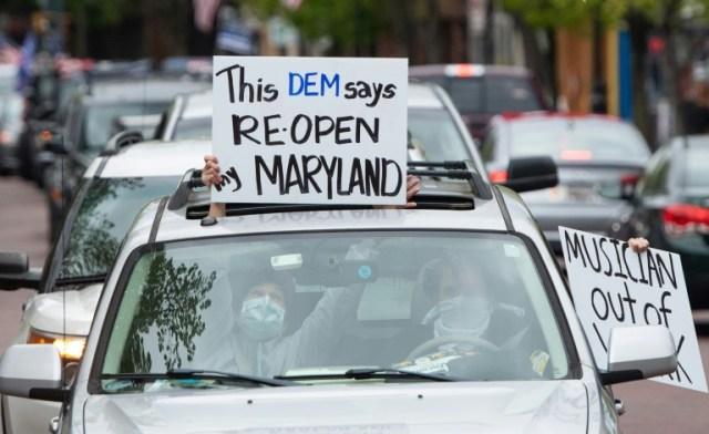 Des gens manifestent contre le confinement depuis leur voiture, à Annapolis, capitale du Maryland, le 18 avril 2020  (AFP - SAUL LOEB)