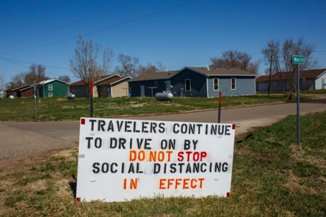 Un panneau invite les visiteurs à tracer leur route sur la réserve amérindienne de Crow Creek, dans le Dakota du Sud, le 22 avril 2020 (AFP - Kerem Yucel)