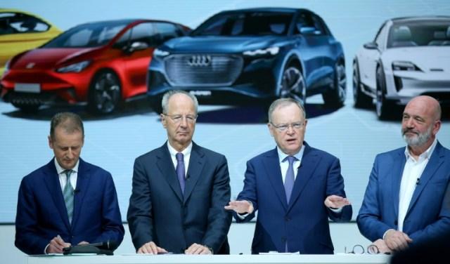 Les dirigeants de Volkswagen Herbert Diess (1er à gauche) et Hans Dieter Pötsch (2e à gauche) à Wolfsburg le 15 novembre 2019 (dpa/AFP/Archives - Ronny Hartmann)