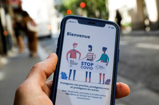 Un téléphone équipé de l'application StopCovid, à Paris, le 27 mai 2020 (AFP - Thomas SAMSON)