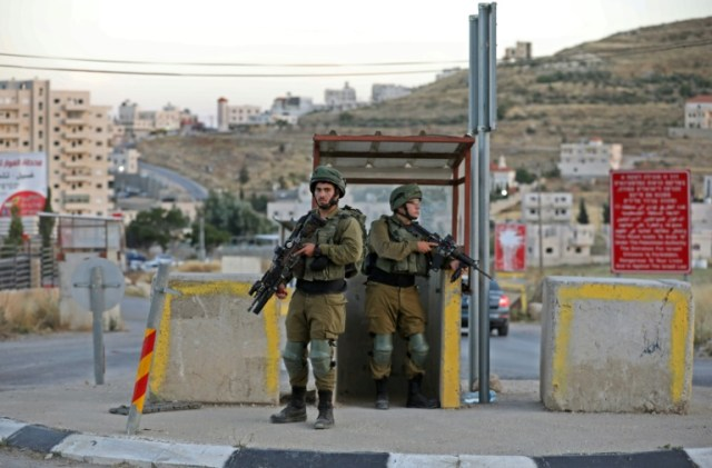 Des soldats israéliens à un poste de contrôle au sud de Hébron, en Cisjordanie occupée, le 3 juin 2020 (AFP - MENAHEM KAHANA)