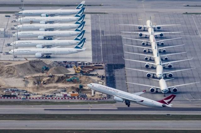Un avion de la compagnie Cathay Dragon s'envole depuis l'aéroport de Hong Kong, le 10 mars  2020 (AFP - Anthony WALLACE)