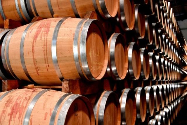 Des tonneaux de vin entreposés à la coopérative de Rauzan, dans la région de l'Entre-Deux-Mers, près de Bordeaux en septembre 2019 (AFP/Archives - GEORGES GOBET)