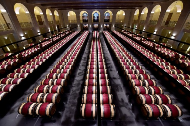 Des tonneaux de vin entreposés au Château Montrose, le 4 juin 2020 à Saint-Estèphe, près de Bordeaux entreposés (AFP/Archives - GEORGES GOBET)