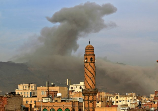 Photo d'archives de la capitale yménite Sanaa après une frappe aérienne de la coalition militaire antirebelles menée par l'Arabie saoudite, le 16 juin 2020 (AFP/Archives - MOHAMMED HUWAIS)