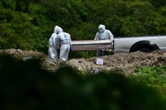 Enterrement d'une victime du coronavirus à Tegucigalpa, au Honduras, le 5 juillet 2020 (AFP - ORLANDO SIERRA)