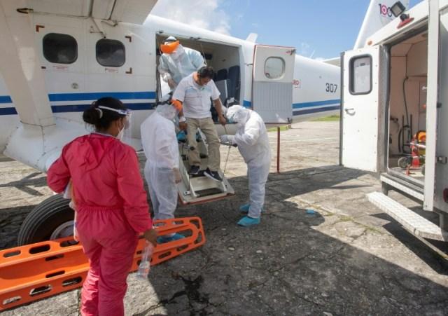 Un travailleur médical présentant des symptomes du Covid-19 débarque à l'aéroport d'Iquitos, en Amazonie péruvienne, le 11 juillet 2020 (AFP - Cesar Von BANCELS)