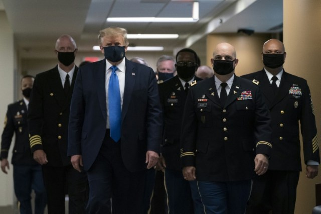 Donald Trump lors de sa première apparition avec un masque en public, le 11 juillet 2020, dans un hôpital de la banlieue de Washington (AFP - ALEX EDELMAN)