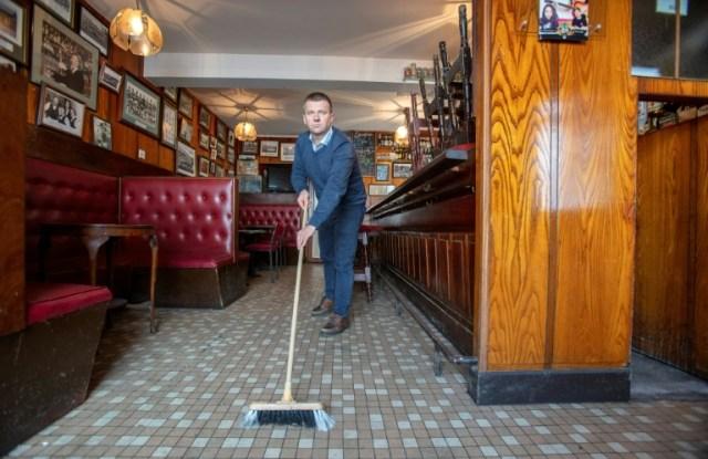 """Le gérant du pub """"Walsh's bar"""" Joe Sheridan dans son établissement à Dunmore, dans l'ouest de l'Irlande, le 3 septembre 2020 (AFP - PAUL FAITH)"""
