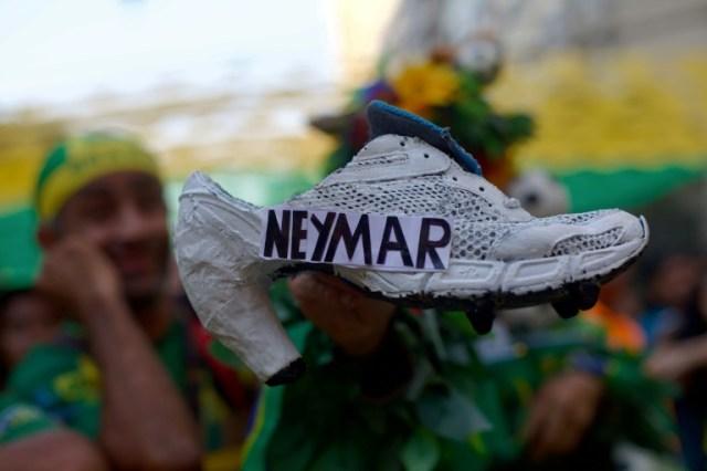 Une fan brésilienne montre son escarpin frappé au nom de Neymar pendant le match du Mondial-2018 Brésil-Belgique le 6 juillet 2018 à Rio de Janeiro (AFP/Archives - Mauro Pimentel)