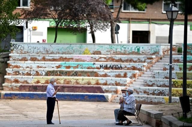 Trois personnes âgées discutent dans le quartier de Vallecas à Madrid, durement touché par la deuxième vague de coronavirus, le 17 septembre (AFP - GABRIEL BOUYS)