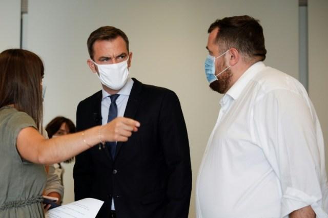 Le ministre français de la Santé Olivier Veran (c) avant de s'adresser à la presse le 17 septembre à Paris (AFP - GEOFFROY VAN DER HASSELT)