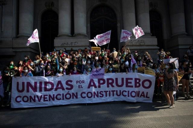 Des femmes manifestent pour le oui au référendum sur la réforme constitutionnelle au Chili, le 18 octobre 2020 à Santiago (AFP - Claudio REYES)