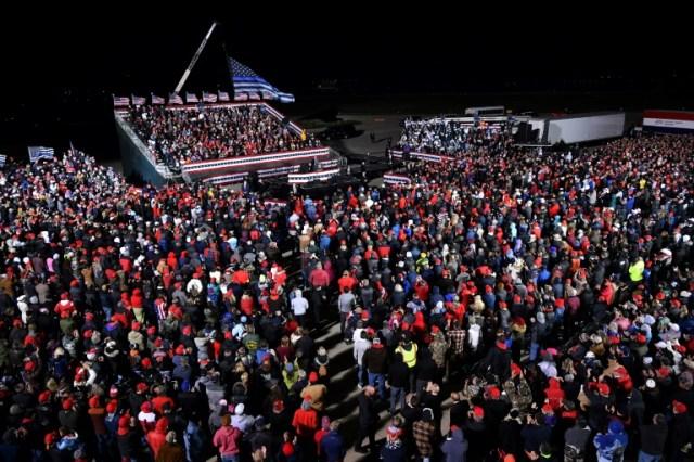 Les partisans de Donald Trump assistent au meeting du président à Janesville (Wisconsin) le 17 octobre 2020  (AFP - MANDEL NGAN)