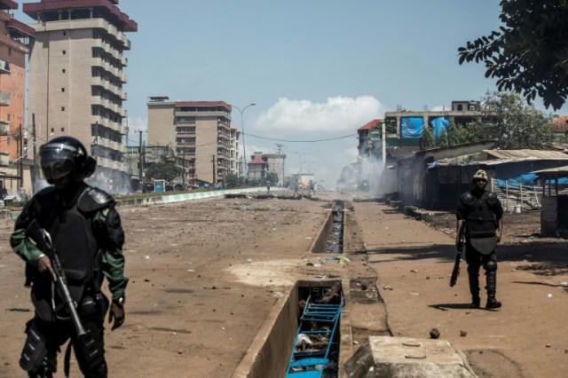 Face à face entre policiers et manifestants à Conakry, le 23 octobre 2020 (AFP - JOHN WESSELS)
