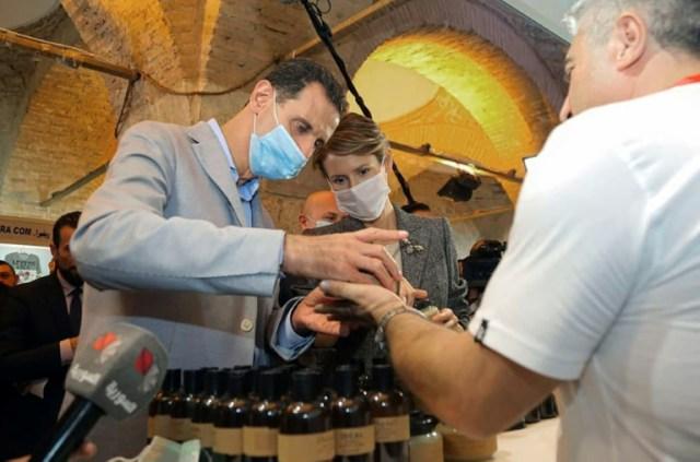 Le président syrien Bachar al-Assad et son épouse Asma à Damas à la foire des