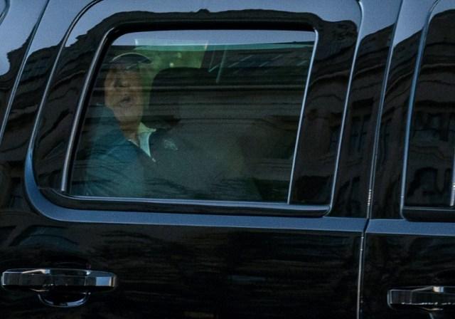 Donald Trump en train de retourner à la Maison Blanche après une matinée de golf, durant laquelle l'annonce de sa défaite à la présidentielle est tombée, le 7 novembre 2020 à Washington (AFP - ALEX EDELMAN)