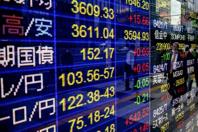 Des valeurs à la Bourse de Tokyo le 6 novembre 2020 (AFP - Philip FONG)