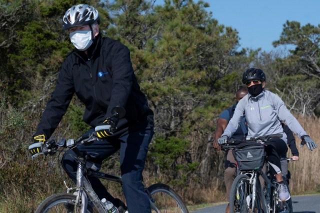 Sortie vélo pour Joe Biden et sa femme Jill, le 14 novembre 2020 près de Rehoboth Beach, dans le Delaware (AFP - JIM WATSON)