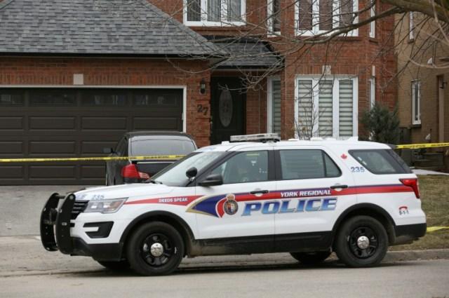 Un véhicule de police garé devant le domicile d'Alek Minassian, le 24 avril 2018 à Richmond Hill, au Canada (AFP/Archives - Lars Hagberg)