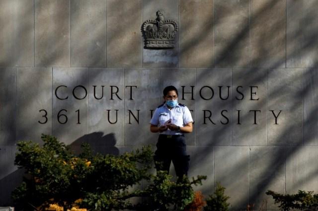 Une agente de sécurité devant la cour de justice de Toronto, le 10 novembre 2020, au premier jour du procès de l'auteur de l'attaque au camion-bélier à Toronto en avril 2018 (AFP/Archives - Cole BURSTON)