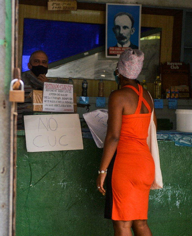 En esta foto de archivo, una mujer compra en una tienda de La Habana el 24 de septiembre de 2020. (AFP - YAMIL LAGE)