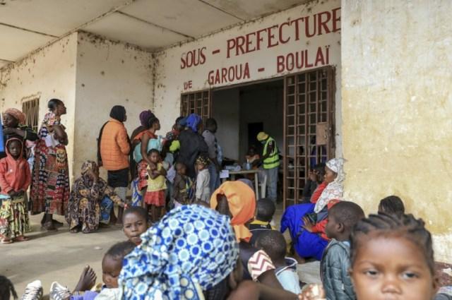 Des réfugiés centrafricains patientent avant d'être enregistrés à Garoua-Boulaï, au Cameroun, le 8 janvier 2021. (AFP - Daniel Beloumou Olomo)
