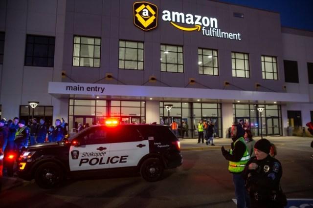 Un véhicule de police devant un bâtiment d'Amazon, le 14 décembre 2018 à Shakopee, dans le Minnesota (AFP/Archives - Kerem Yucel)