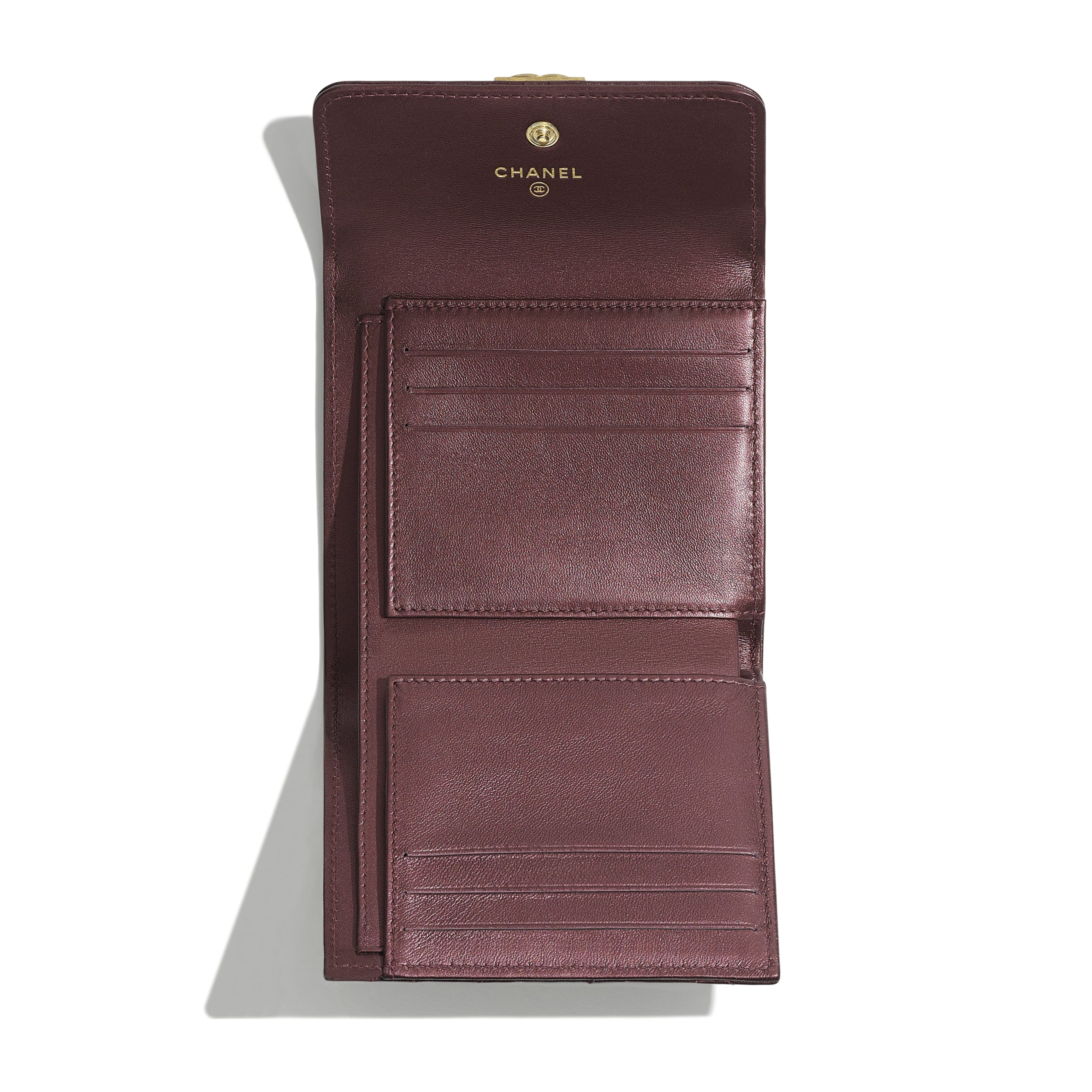 金屬質感小羊皮與金色金屬 紫 BOY CHANEL 小型口蓋皮夾 | CHANEL