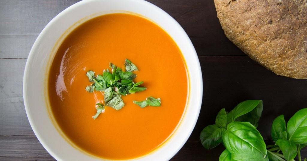 Ντοματόσουπα βελουτέ µε γιαούρτι!