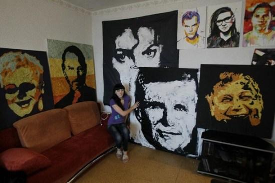 Artista recolecta chicles para hacer retratos