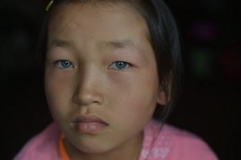 niña china ojos azules