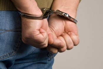 detenido esposas
