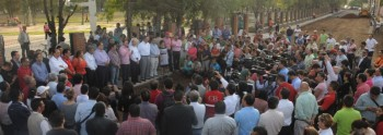 Fausto Vallejo con AlfredoCastillo multitud