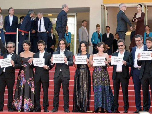 actores-Cannes-protesta-Brasil-2
