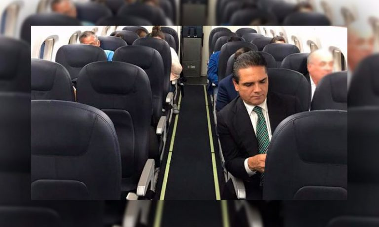Silvano-Aureoles-viaje-avion