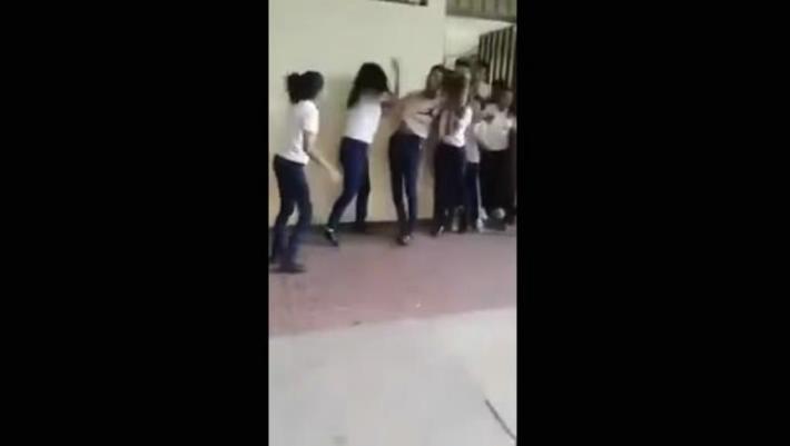 #Vídeo Chavo Que Golpeó Compañera, Revela Que Sufría Bullying Por Ser Gay