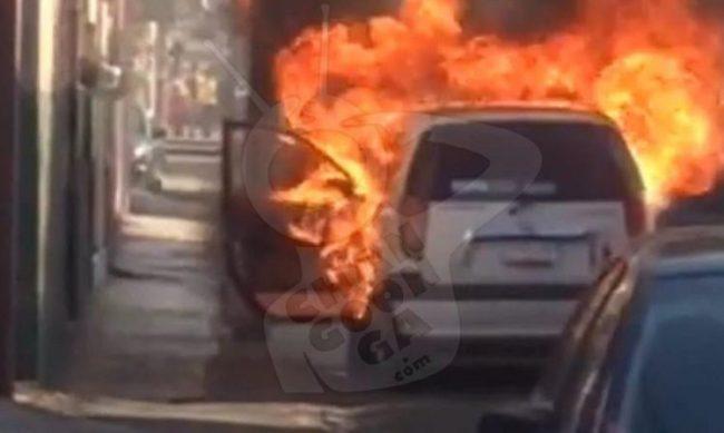 Cerca del Monumento, el taxi se incendió aparentemente por fallas mecánicas