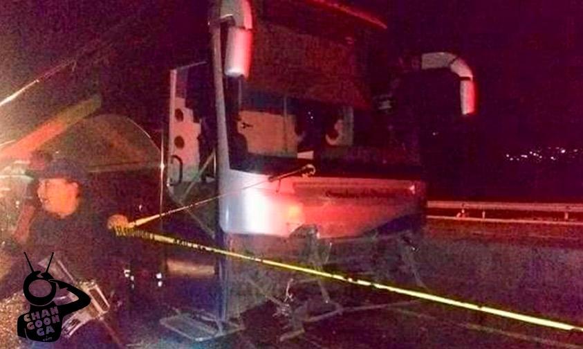#Michoacán Autobús De Pasajeros Choca Vs Auto Sobre La Siglo XXI, Deja 3 Muertos