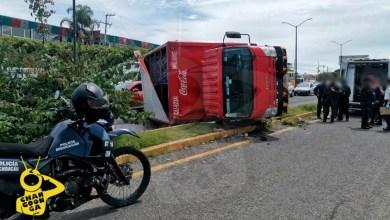 Photo of #Morelia Camión De La Coca Cola Se Voltea En Salida A Charo; Hay Un Herido