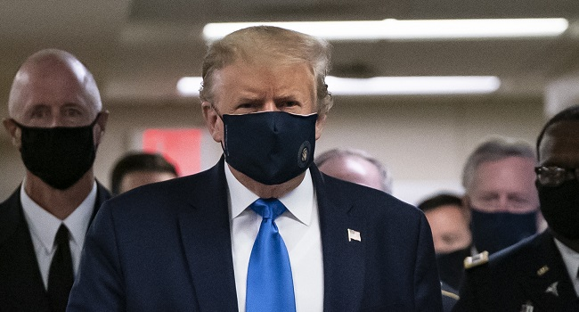 US President Donald Trump wears a mask as he visits Walter Reed National Military Medical Center in Bethesda, Maryland' on July 11, 2020. (Photo by ALEX EDELMAN / AFP)