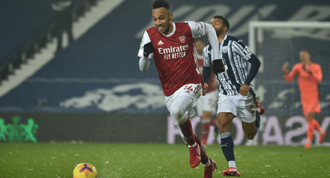 Arsenal's Gabonese striker Pierre-Emerick Aubameyang (L) chases the ball during the English Premier League football match between West Bromwich Albion and Arsenal at The Hawthorns stadium in West Bromwich, central England, on January 2, 2021. Rui Vieira / POOL / AFP